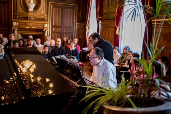 Jean-Pierre, pianiste, atteint d'une dizaine de pathologies et handicaps quitte la MAS