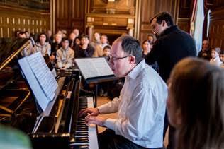 Concert de Georges Nikolaïdis et Jean-Pierre Dussert devant 120 enfants lourdement handicapés